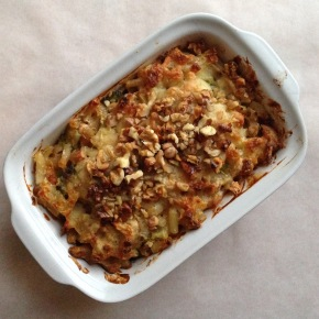 Wholewheat macaroni cheese with goat's cheese, broccoli and walnuts